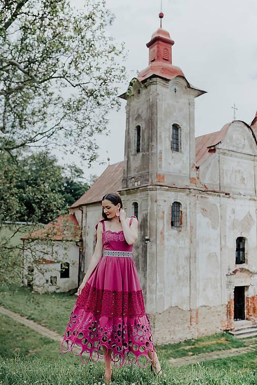 madeirové šaty Sága krásy