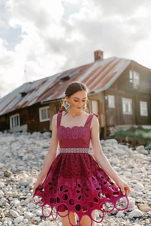 madeirové šaty krátke Sága krásy