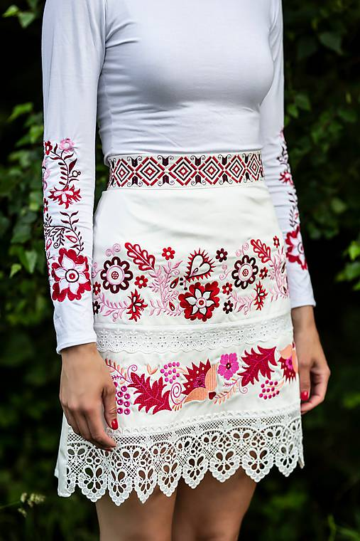 vyšívaná sukňa Sága krásy