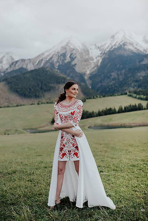 krátke vyšívané šaty s vlečkou Sága krásy