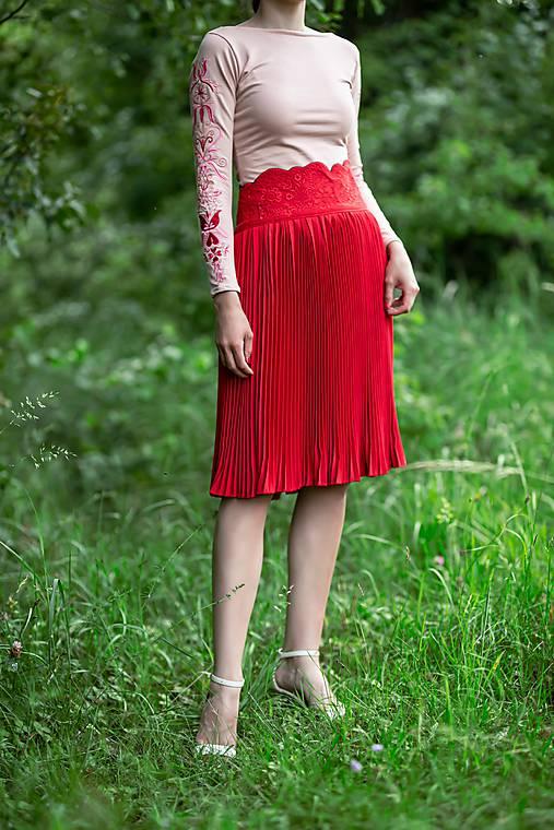 červená plisovaná sukňa Sága krásy