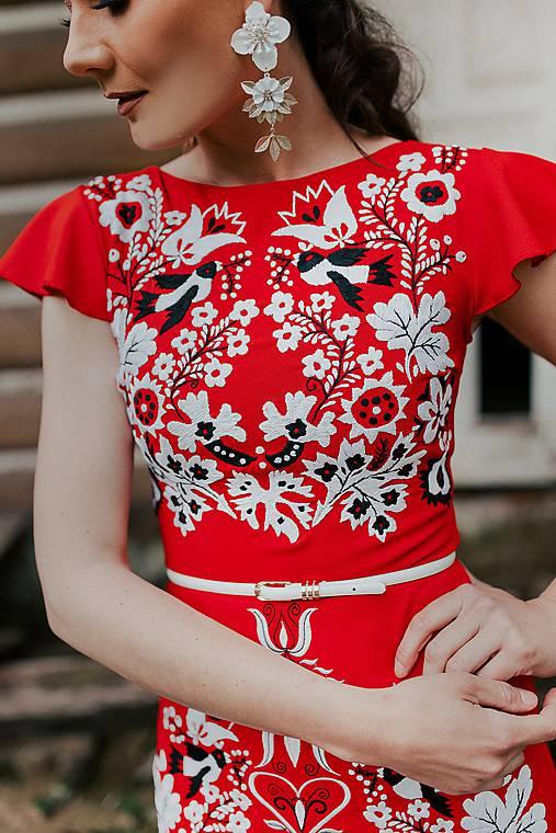 červené vyšívané šaty Sága krásy