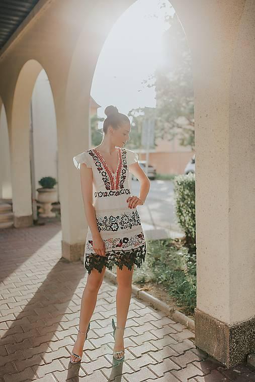 béžové vyšívané šaty Sága krásy