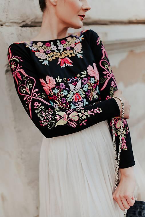 plisované šaty Sága krásy