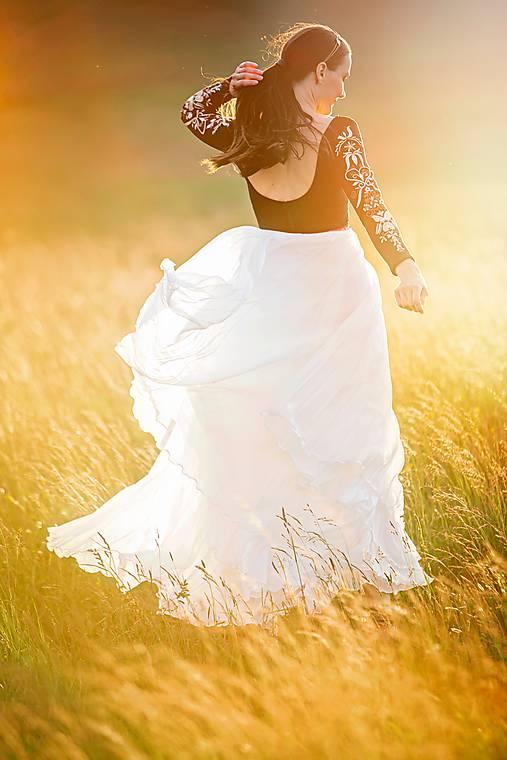 dlhé plisované šaty Sága krásy