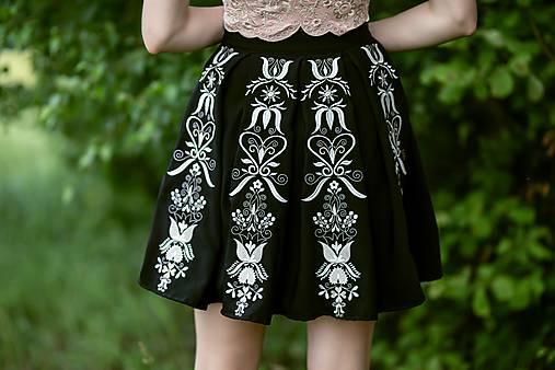 čierna sukňa s pásmi Sága krásy