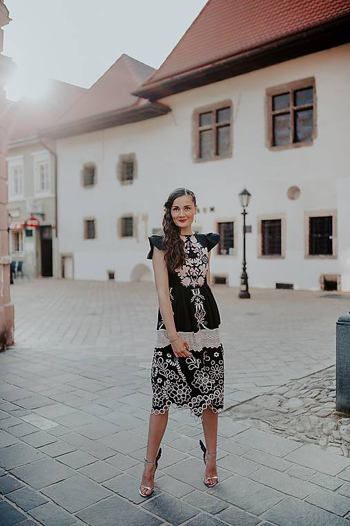 čierne madeirové šaty Sága krásy