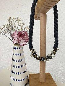 Náhrdelníky - Šedý omotaný s perlami - 12088026_