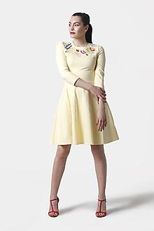 Šaty - Šaty bledo žlté s farebnou výšivkou - 12093723_