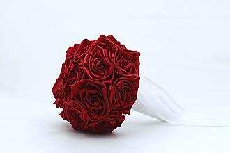 Kytice pre nevestu - Saténová kytica svadobná karmínová červená ruže - 12096507_