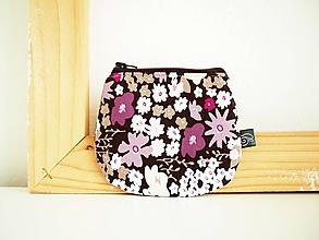 Peňaženky - Peňaženka - kvety na fialovej - 12098960_