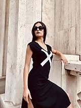 Šaty - FNDLK úpletové šaty 477 RV midi s rozparkami - 12112454_