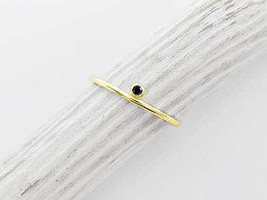 Prstene - 585/1000 zlatý zásnubný prsteň s prírodným čierným diamantom - 12117962_