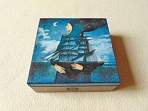 Krabičky - Drevená krabička Pod ochranou Noci - 12119157_
