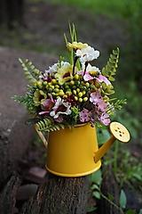 Dekorácie - Malá kytička v polievačke - 12119559_