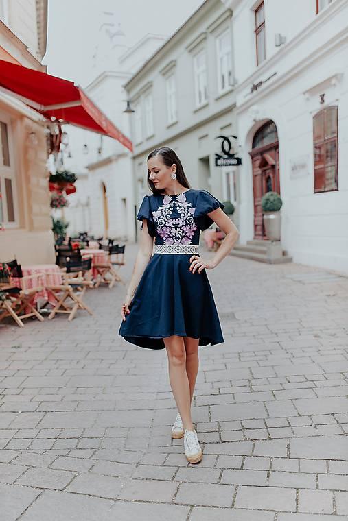 Tmavomodré šaty Sága krásy