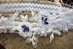Bielizeň/Plavky - svadobný podväzok Ivory + modré štrasové kamienky - 12122958_