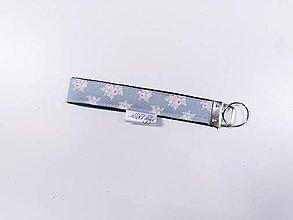 Kľúčenky - Kľúčenka sivá s ružičkami - 12134503_