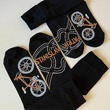 Obuv - Maľované čierne ponožky s bicyklom a menom (pre otca a syna (sada)) - 12135593_
