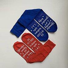 """Obuv - Maľované ponožky pre novomanželov s nápisom """"Výnimočné ponožky pre výnimočné kroky/ Od (dátum) kráčame spolu ((modré + červené)) - 12137882_"""
