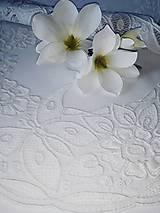 Úžitkový textil - Richelieu - Kvety a motýľ, biela, 77 x41 cm - 12140296_