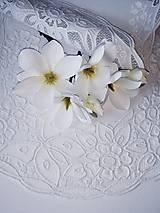 Úžitkový textil - Richelieu - Kvety a motýľ, biela, 77 x41 cm - 12140298_