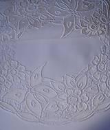 Úžitkový textil - Richelieu - Kvety a motýľ, biela, 77 x41 cm - 12140299_