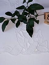Úžitkový textil - Vyšívané  prestieranie - richelieu , biele, 70 x 36,5 cm - 12140316_