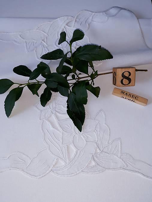 Vyšívané  prestieranie - richelieu , biele, 70 x 36,5 cm