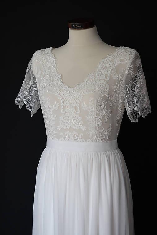 Svadobné šaty so širším V výstrihom a tylovou sukňou