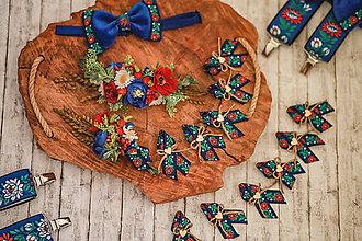 Doplnky - Svadobný modrý folk set (polvenček, pierko pre ženícha, traky a zamatový motýlik, 10 ks pierka pre hostí) - 12159260_