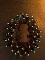 Dekorácie - Dieťatko v svietiacom kvietku - 12159044_