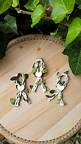 Pierka - prírodné  pierka biele so zelenými lístkami - 12165310_