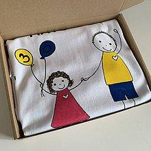 Tričká - Originálne maľované tričko pre KRSTNÚ/ KRSTNÉHO s 2 postavičkami (KRSTNÝ + DIEVČATKO (k narodeninám)) - 12169696_