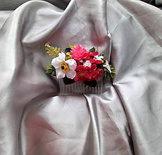 Ozdoby do vlasov - Hrebeň do vlasov z bielych a červených kvetov - 12174915_
