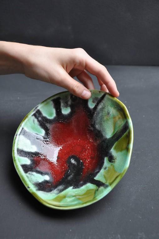 miska v kruhovom tvare zeleno červená