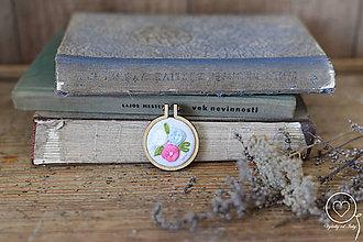 Odznaky/Brošne - Vyšívaná brošňa Eleanor - 12178542_