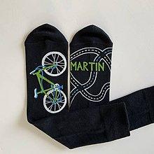 Obuv - Maľované čierne ponožky s bicyklom a menom (Biela + zelená) - 12176800_