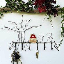 Nábytok - Drátovaný věšák s domečkem a kočkami červený - 12177393_