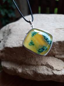 Náhrdelníky - Sklenený prívesok/žltá a smaragdová - 12180788_