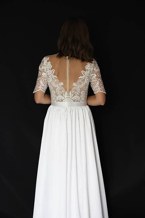 Svadobné šaty s priesvitným chrbátom a veľkou sukňou