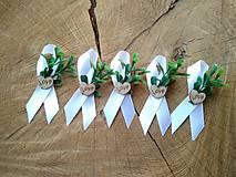 Pierka - biele svadobné pierko s umelým krušpánom a dreveným srdiečkom - 12196418_
