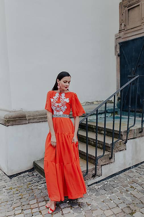 šifónové šaty Sága krásy