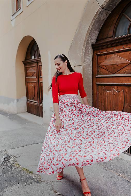 dlhé šaty potlač Sága krásy