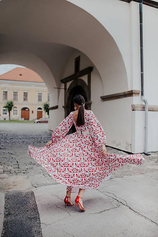 dlhé biele šaty potlač  Sága krásy