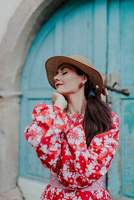 dlhé červené šaty potlač Sága krásy