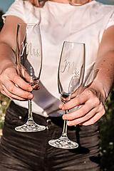 Nádoby - Svadobné poháre - sklenené Mr. a Mrs. - 12205495_