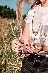 Nádoby - Svadobné poháre - sklenené Mr. a Mrs. - 12205501_