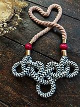 Náhrdelníky - Šedé cik cak uzlíky na pudrovém laně - 12211413_