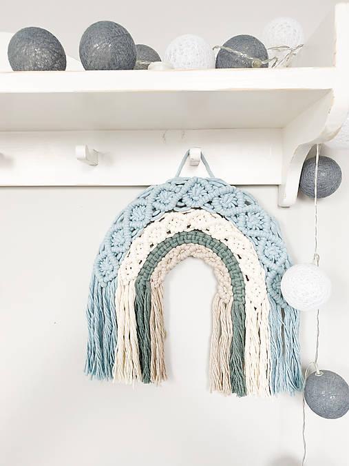 Makramé dekorácia - veselá dúha modrá